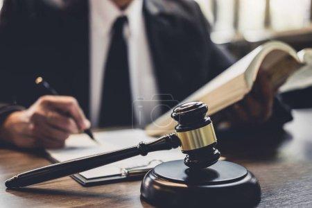 Photo pour Juge gavel avec les avocats de la Justice, avocat ou conseiller juridique travaillant avec contrat d'accord en salle d'audience, concept de justice et de droit . - image libre de droit