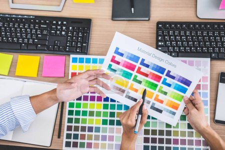 Photo pour Jeune équipe créative ayant une réunion dans le bureau créatif, Dessin architectural avec des outils de travail et des accessoires, nuancier échantillons couleur pour la coloration de sélection . - image libre de droit
