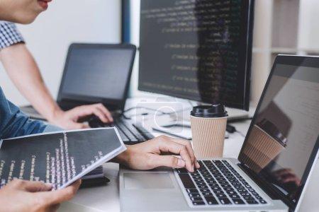 Photo pour Écrire des codes et dactylographier la technologie de code de données, Programmeur coopérant sur le projet de site Web dans un logiciel développant sur ordinateur de bureau à l'entreprise . - image libre de droit