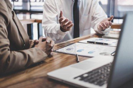 Photo pour Équipe d'affaires travaillant avec un nouveau plan de projet de démarrage et des informations de discussion pour la stratégie financière avec ordinateur portable et tablette numérique dans un salon d'affaires moderne . - image libre de droit