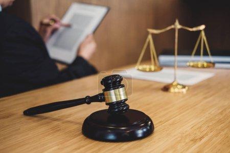 Photo pour Juge gavel avec des avocats de la Justice, Homme d'affaires en costume ou avocat travaillant sur un document. Droit juridique, conseil et concept de justice . - image libre de droit