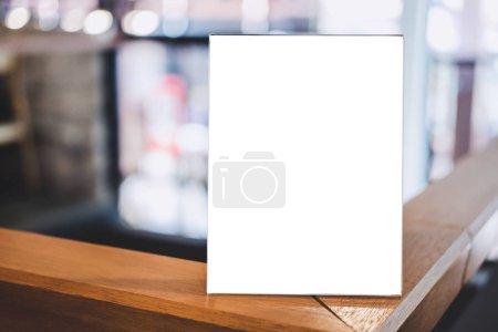 Photo pour Maquette cadre acrylique affiches modèle de formulaires fond, cadre de menu vierge sur la table dans un café ou un stand de restaurant pour votre texte d'affichage de votre produit. - image libre de droit