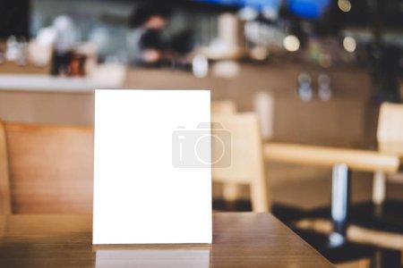Photo pour Maquette cadre acrylique affiches modèle formes fond, cadre de menu vierge sur la table dans le stand de café pour votre texte d'affichage de votre produit . - image libre de droit