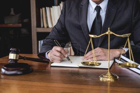 Photo pour Droit juridique, conseil et concept de justice, Juge Gavel avec les avocats de Justice, Conseiller en litige ou avocat travaillant sur un document dans la salle d'audience . - image libre de droit