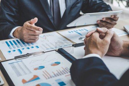 Photo pour Réunion du gestionnaire des finances pour discuter de la croissance de l'entreprise succès du projet statistiques financières, investisseur professionnel travaillant projet de démarrage pour le plan stratégique avec document, ordinateur portable et tablette numérique . - image libre de droit
