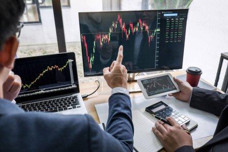Photo pour Investissement de l'équipe d'affaires travaillant avec l'ordinateur, la planification et l'analyse graphique négociation boursière avec les données de graphique boursier, investissement financier d'entreprise et concept de technologie . - image libre de droit