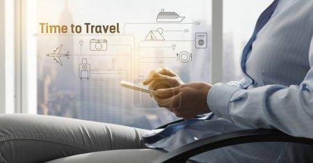 Photo pour Femme réservant ses vacances en ligne à l'aide d'une application de voyage sur son smartphone, diagramme de flux de l'interface utilisateur avec le tourisme et les icônes de loisirs - image libre de droit