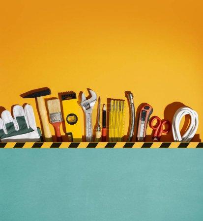 Photo pour Collecte d'outils de matériel de bricolage et de rénovation domiciliaire et espace de copie vierge - image libre de droit