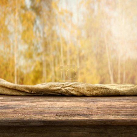 Foto de Mesa de madera vacía para montajes de pantalla - Imagen libre de derechos