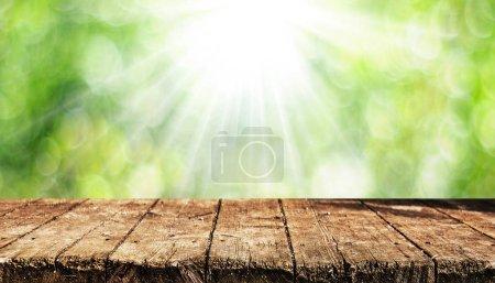 Photo pour Table en bois vide avec fond naturel flou - image libre de droit