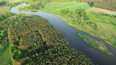 Photo pour Vue aérienne de la belle rivière naturelle au printemps - image libre de droit