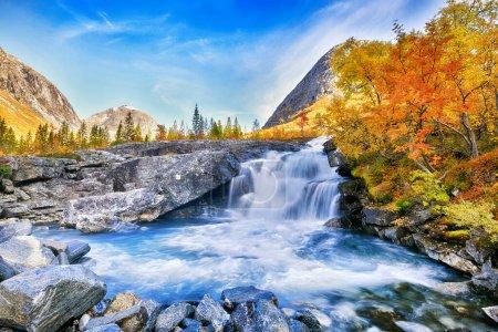 Photo pour Beau paysage d'automne avec arbres jaunes et cascade - image libre de droit