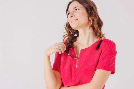Photo pour Belle fille brune charmante robe rose vif, levant sur fond gris isolé - image libre de droit