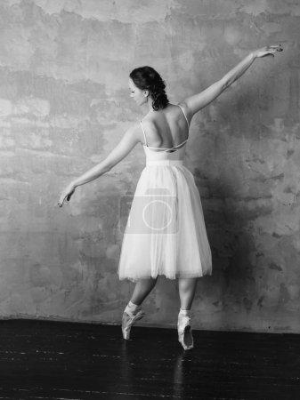 Photo pour Ballet danseuse ballerine en belle robe blanche claire jupe tutu posant en studio loft - image libre de droit