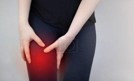 Una mujer sufre de dolor de cadera. El concepto de tratar una articulación de cadera para trauma, plantación u osteoartritis .