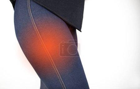 Una mujer sufre de dolor en el muslo externo. El concepto de tratar una articulación de cadera para trauma, plantación u osteoartritis .