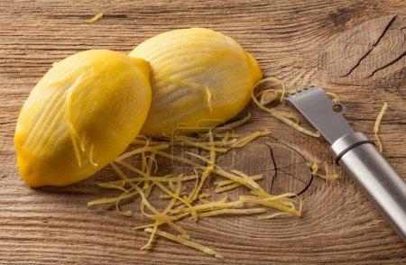 Photo pour Zeste de citron et Zester sur planche en bois - image libre de droit