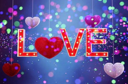 Photo pour Cœur de fourrure coloré abstrait avec des lettres d'amour chapiteau décorées sur fond coloré pour la Saint-Valentin, rendu 3D - image libre de droit
