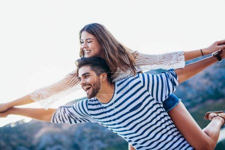 Photo pour Jeune femme copain piggyback profiter de l'heure d'été en mer . - image libre de droit