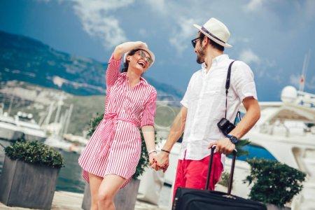 Photo pour Couple de touristes visitant la destination de voyage avec le port - image libre de droit
