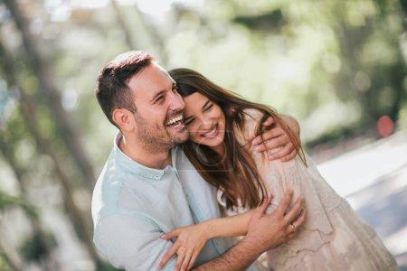 Photo pour Joyeux jeune couple s'amuser et rire ensemble à l'extérieur - image libre de droit