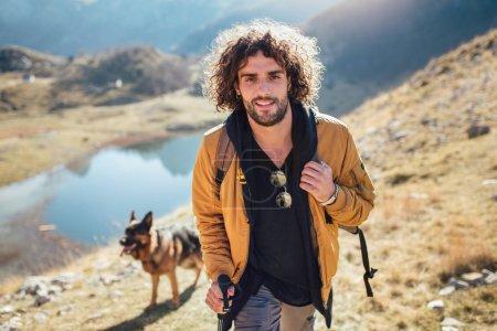 Photo pour L'homme voyageur avec alpinisme sac à dos. Voyage Lifestyle concept lac et montagnes sur fond expédition des vacances d'été en plein air - image libre de droit