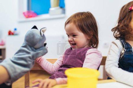 Foto de Lindo niño jugando en mesa interior - Imagen libre de derechos