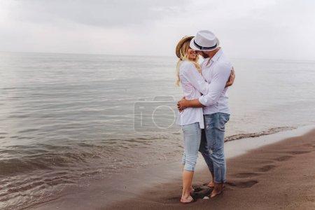 Photo pour Amateurs de couple amoureux s'amusant rencontres sur la plage. - image libre de droit