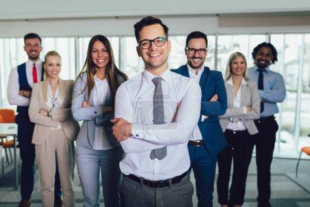 Photo pour Groupe de gens d'affaires heureux et le personnel de l'entreprise dans le bureau moderne, société représentative. . - image libre de droit