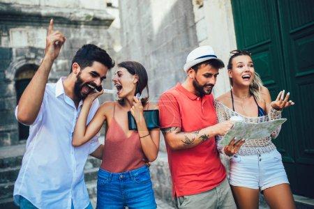 Photo pour Jeunes touristes heureux de visiter la ville - image libre de droit