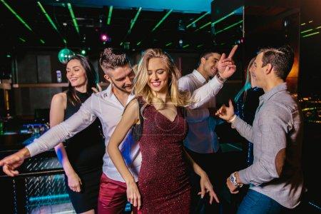 Photo pour Groupe d'amis faisant la fête dans une boîte de nuit - image libre de droit