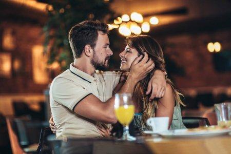 Photo pour Couple amoureux romantique boire du café, avoir un rendez-vous dans le café. - image libre de droit