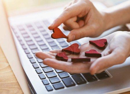 Photo pour Mains recueillir des cœurs comme symbole dans les médias sociaux pour les messages et les photos - image libre de droit