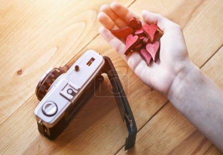 Photo pour La main avec des cœurs comme comme symbole dans les médias sociaux pour les images et photos - image libre de droit