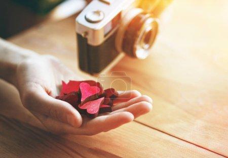 Photo pour Main avec des cœurs comme symbole dans les médias sociaux pour les images et les photos - image libre de droit
