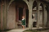 """Постер, картина, фотообои """"Довольно маленькая девочка в стилизованный старая мода платье, ходить по улицам старой Английский Форт в Северной Америке"""""""