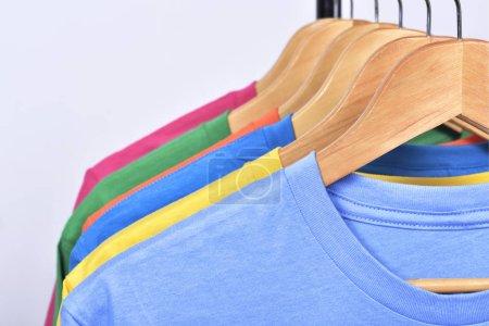 Photo pour Vêtements colorés se bloquer sur un plateau après lavage isolé sur fond blanc - image libre de droit