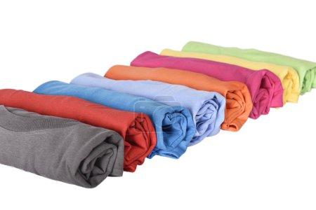 Ligne de t-shirts roulé avec multi couleur isolé sur fond blanc