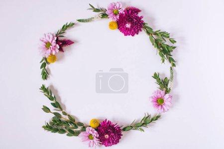 Photo pour Cadre créatif lumineux de fleurs fraîches et de feuilles avec espace de copie. Contexte naturel. Pose plate . - image libre de droit