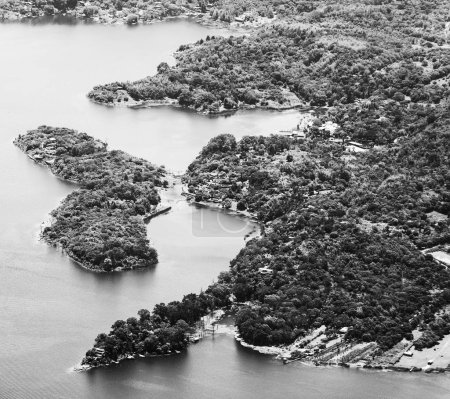 Photo pour Lac Atitlan ville côtière Santiago, Guatemala, Amérique centrale en noir et blanc - image libre de droit