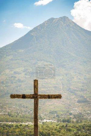 Photo pour Cerro de la Cruz belvédère au-dessus de la ville touristique d'Antigua, Guatemala avec volcan derrière - image libre de droit