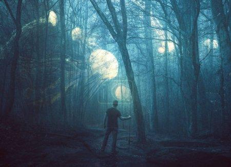 Photo pour Image surréaliste de méduses dans une forêt sombre et brumeuse . - image libre de droit