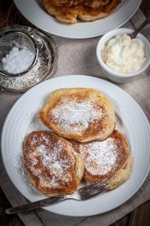 Photo pour Crêpes polonaises au sucre en poudre. Concentration sélective. - image libre de droit
