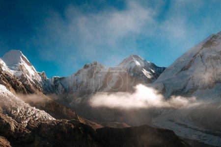 Photo pour Soleil éclairé paysage montagneux esprit ciel nuageux bleu - image libre de droit