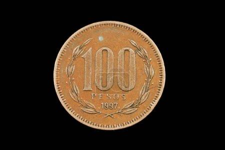 Photo pour Gros plan d'une vieille pièce chilienne de 100 pesos isolée sur fond noir - image libre de droit