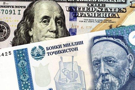 Photo pour Un billet de banque de cinq somonis du Tadjikistan avec un billet de cent dollars américain près en macro - image libre de droit