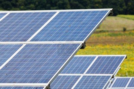 Foto de Paneles solares con el cielo soleado. Azul los paneles solares. Fondo de módulos fotovoltaicos para energía renovable. - Imagen libre de derechos