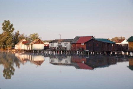 Photo pour Village flottant sur le lac Bokod, Hongrie - image libre de droit