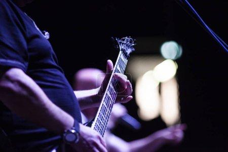 Photo pour Guitariste sur scène pendant le concert - image libre de droit