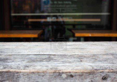 Foto de Wooden table  and blurred street scene in the background - Imagen libre de derechos